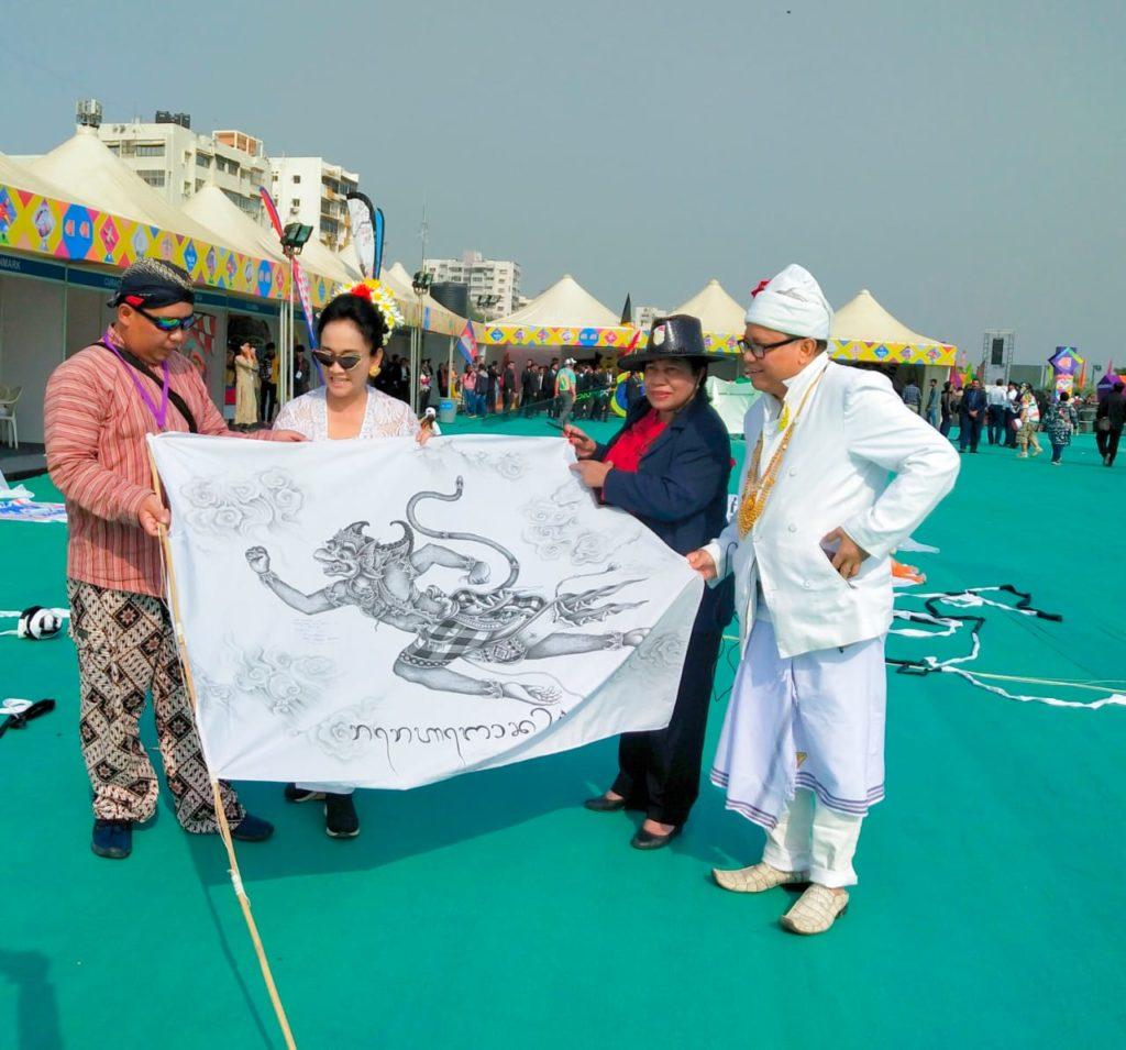 Layang Layang Bali Dan Jawa Jadi Pusat Perhatian Di International Kite Festival 2020 India Surat Dunia